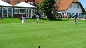 Gut Sansenhof GC: clubhouse & putting green