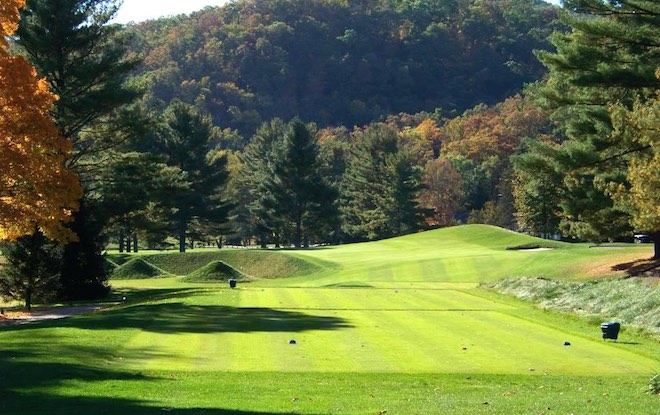 The par-3 eighth at The Greenbrier's Old White TPC is a phenomenal example of the Redan template.